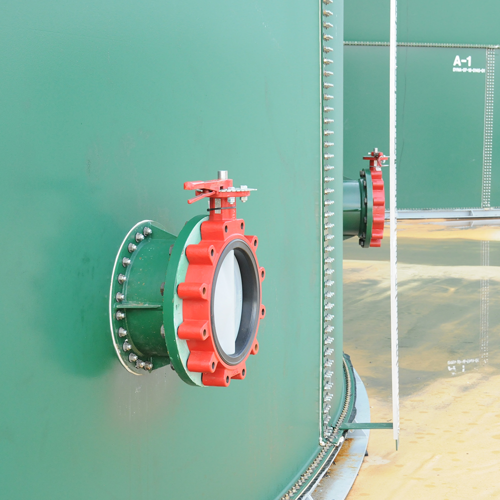 DYNA water storage tank, red valve allows for easy access to high volumes of water